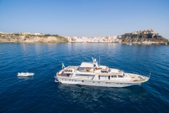 nafisa-yacht-for-charter-admiral-naples-32